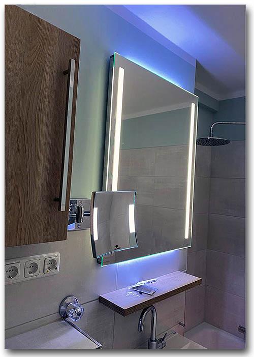 Lichtspiegel im Badezimmer mit vertikaler Spiegelbeleuchtung und zusätzlicher Raumbeleuchtung nach oben und unten mit LED als Lichtquelle